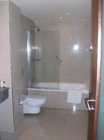 Salthill Hotel: shower and bath