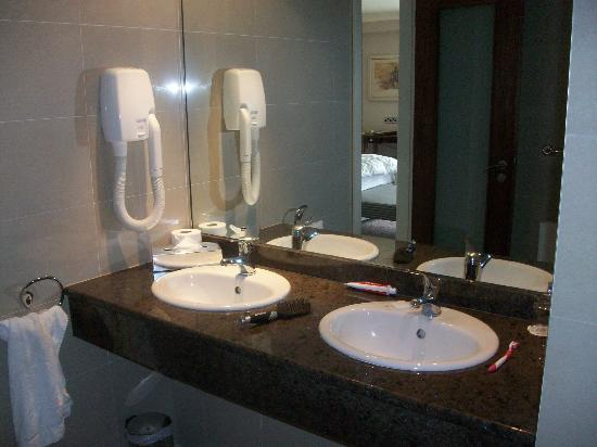 The Salthill Hotel: Clean and very mod bathroom