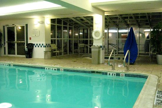 Fairfield Inn & Suites Pittsburgh New Stanton: Indoor Pool with Whirlpool in a Glass Sunroom