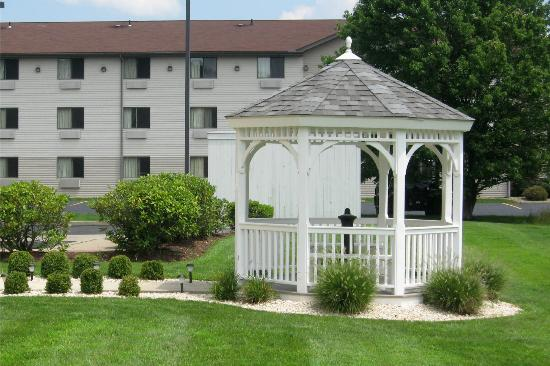 Fairfield Inn & Suites Pittsburgh New Stanton: Gazebo off of the Patio Area