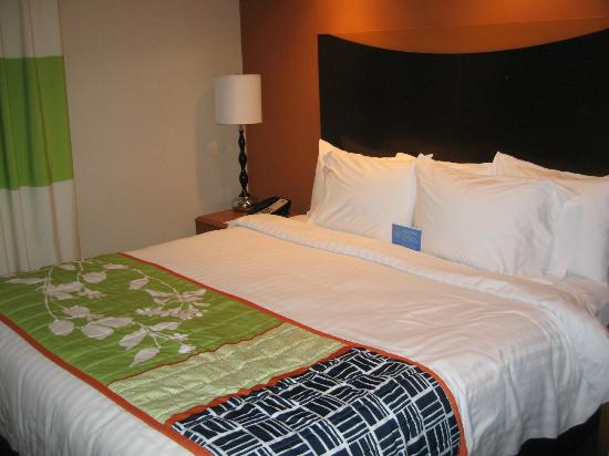 Fairfield Inn & Suites Pittsburgh New Stanton: Very Comfortable Triple Sheeted King Bed in King Suite Room