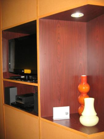 Fairfield Inn & Suites Pittsburgh New Stanton: Entrance Way Wall Unit with TV/Stereo/DVD & MP3 Players