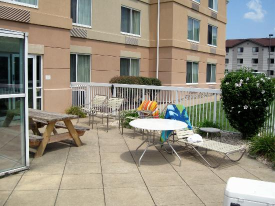 Fairfield Inn & Suites Pittsburgh New Stanton : Outdoor Patio Area off of the Indoor Pool