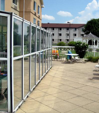 Fairfield Inn & Suites Pittsburgh New Stanton : Patio Area outside of the Indoor Pool