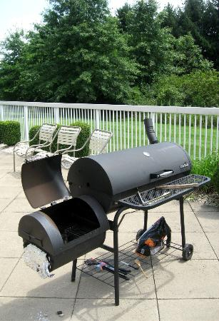 Fairfield Inn & Suites Pittsburgh New Stanton : BBQ/Smoker for Guest Use on Patio Area