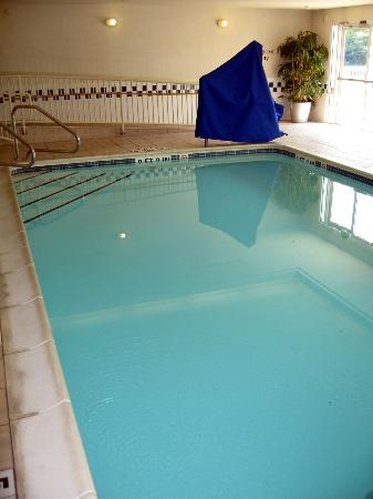 Fairfield Inn & Suites Pittsburgh New Stanton : Indoor Pool showing the Handicapped Ramp and Lift Chair Unit under blue cover
