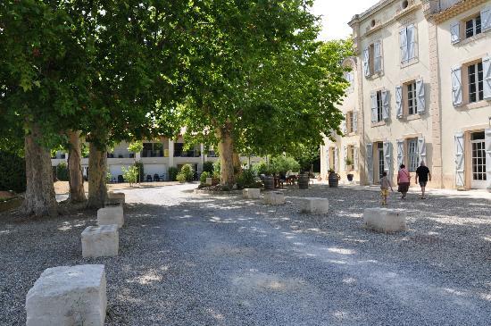 La Résidence du Château de Jouarres : Accueil + appartement au fond