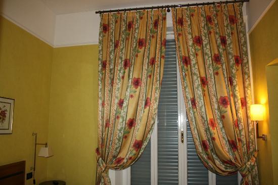 Relais 6 : cortinas testilo típico romano