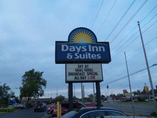Days Inn & Suites Columbus East Airport : Sign