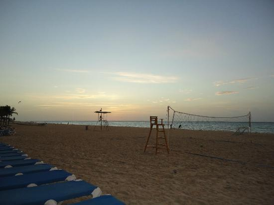 Viva Wyndham Azteca: Sunrise at the beach