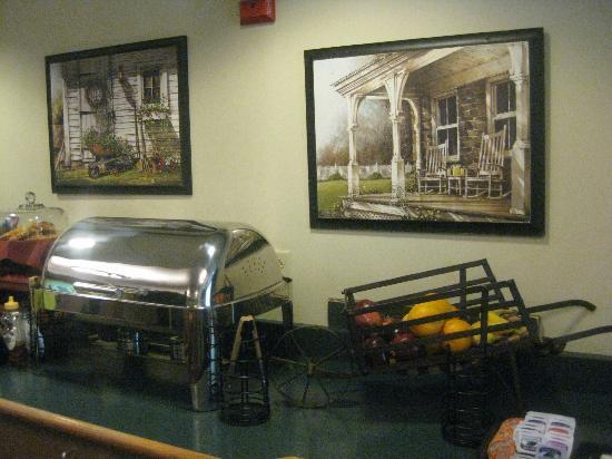 Dollinger's Inn & Suites: Picture of breakfast area