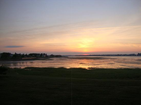 The Boathouse B&B: The view of the sunset from the B&B