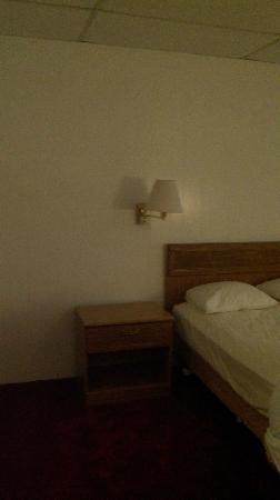 Tomac Motor Inn: Room
