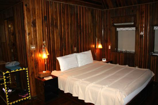 Palau Plantation Resort: Large bedroom with high ceiling