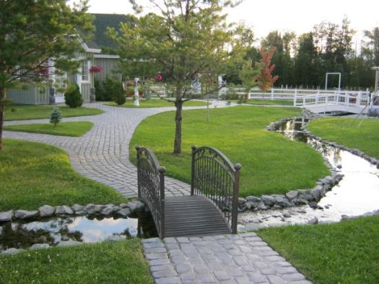 Cedar Meadows Resort U0026 Spa: Walkway