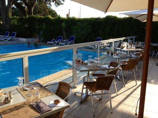 Arcu di Sole Hotel : la piscine à l'heure du repas