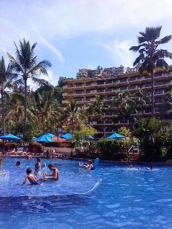 Barcelo Puerto Vallarta: El hotel desde la alberca