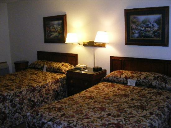 FairBridge Inn Express at Windsor Oaks: Two full-sized beds
