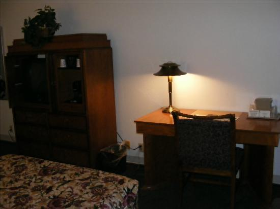 FairBridge Inn Express at Windsor Oaks: Cabinet and desk