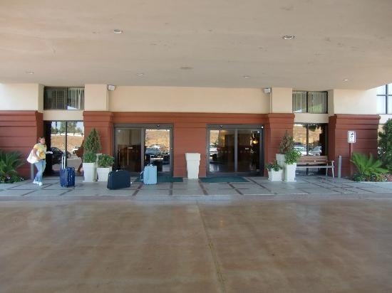 Wyndham Visalia: entrance