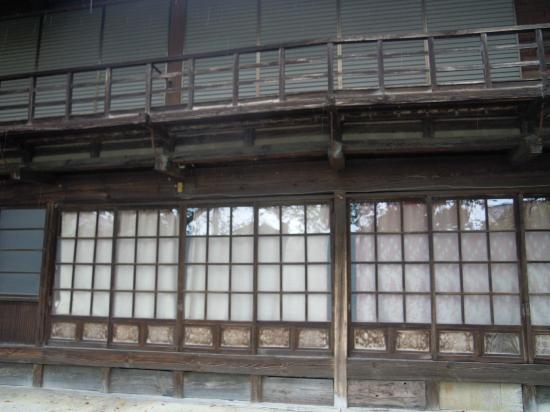 Kanra-gun, Japan: 堰沿いの建物