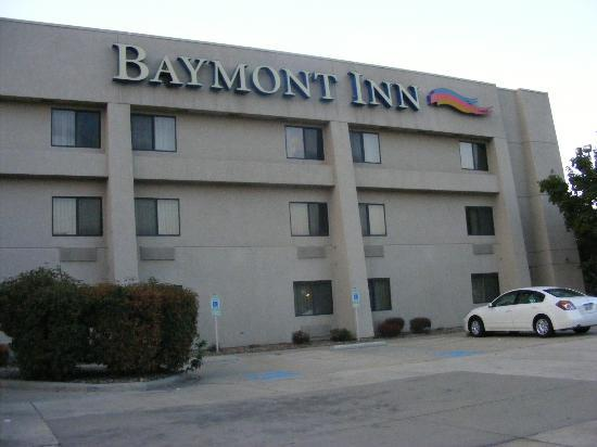 Baymont Inn & Suites Springfield: Front of the hotel
