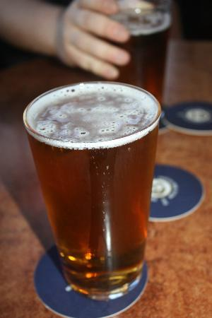 Blue Mountains Backpacker Hostel: The Carrington Hotel on Katoomba Street sells ACTUAL sized pints for all of you fellow deprived