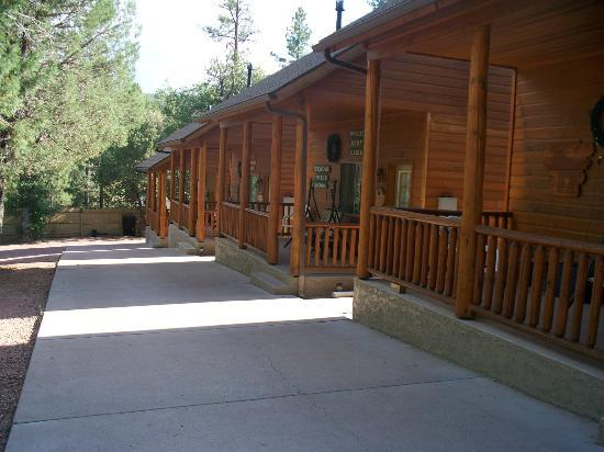 Wooden Nickel Cabins: Front Of The 2 Bedroom Cabins