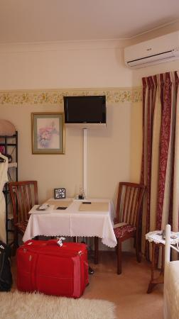 Amber Lodge Bed and Breakfast: small dining table and TV
