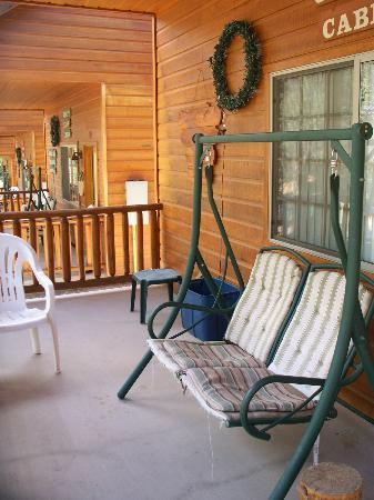 Wooden Nickel Cabins: Front porch