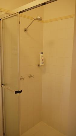 Amber Lodge Bed and Breakfast: comfy shower with proper shower stall