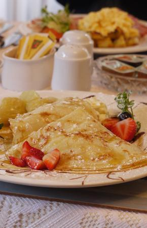 Amber Lodge Bed and Breakfast: crepes with banana and strawberries