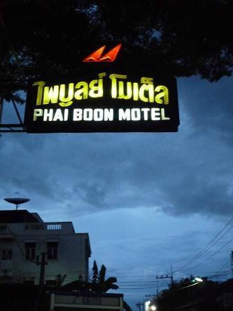 Phaiboon Place Hotel: ホテルの看板