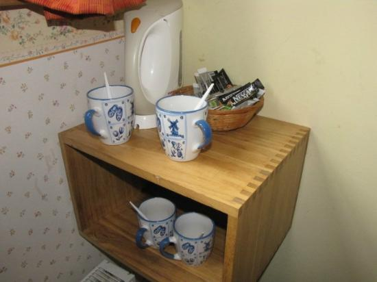 Hotel de Emauspoort: Tea/Coffee making facilities in room