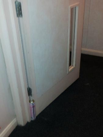 easyHotel London South Kensington: fire door wedged open with aerosol