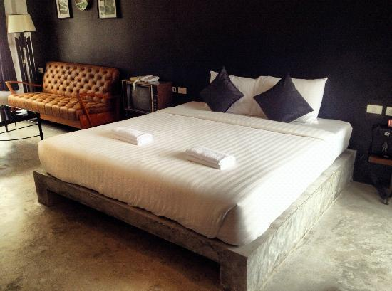 Chicboutique Hotel: Lovely: concrete floor, black wall & brown leather sofa