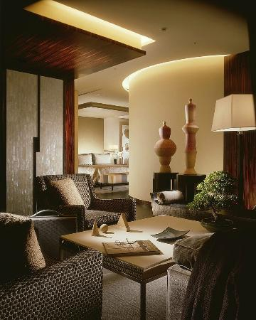 Four Seasons Hotel Tokyo at Marunouchi: One Bed Room Suite living room
