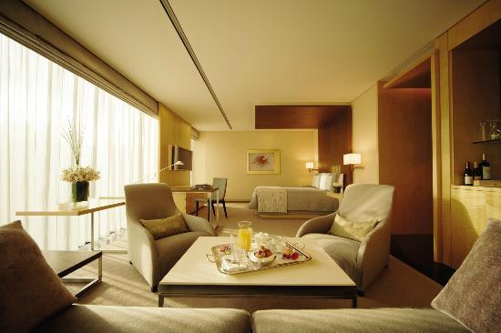 Four Seasons Hotel Tokyo at Marunouchi: Deluxe Premier Room - One King Size Bed