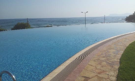Cretan Dream Royal: Piscina con el mar en el fondo