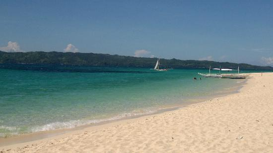 Yapak Beach (Puka Shell Beach): Some boats passing and/or stopping over.