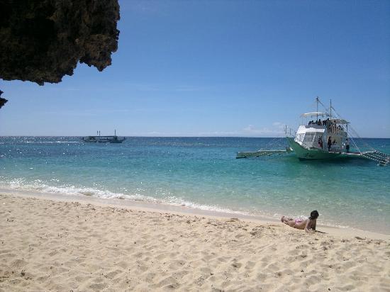 Yapak Beach (Puka Shell Beach): The party followed us.