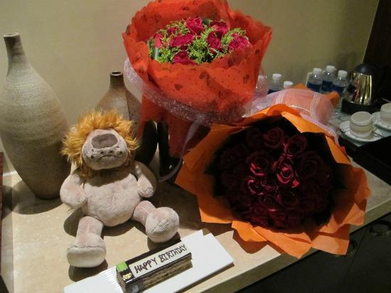 The Ritz-Carlton Sanya, Yalong Bay: For my birthday the hotel sent flowers, a cake & teddy!