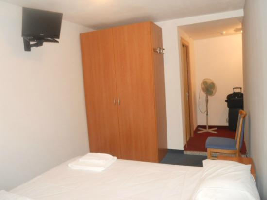 Cappello di Ferro Hotel: ingresso stanza, tv, ventilatore