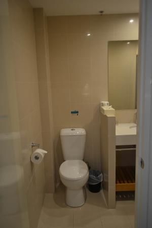 Ibis Styles Melbourne, The Victoria Hotel: The small bathroom