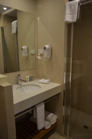 Ibis Styles Melbourne, The Victoria Hotel: Small but clean bathroom