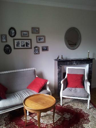 Marcey-les-Greves, Frankrike: vue partielle chambre 1 - photos avec un portable pas très représentatives
