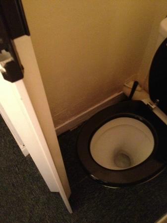 Hotel Savoy : l'espace entre la porte et le wc est minuscule!!!