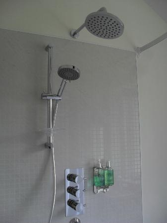 QC's Townhouse: the heavenly shower:)