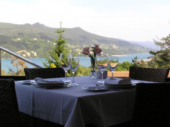 Restaurante Asador Portuondo: Mesa y vistas a la ría