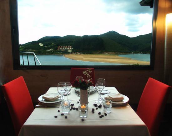 Restaurante Asador Portuondo: Mesa con vistas a Laida